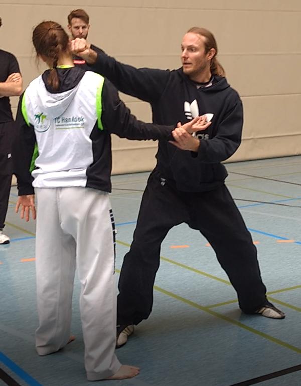 Abwehr und Gegenangriff. Trainer Jan Graff erklärt die Technik